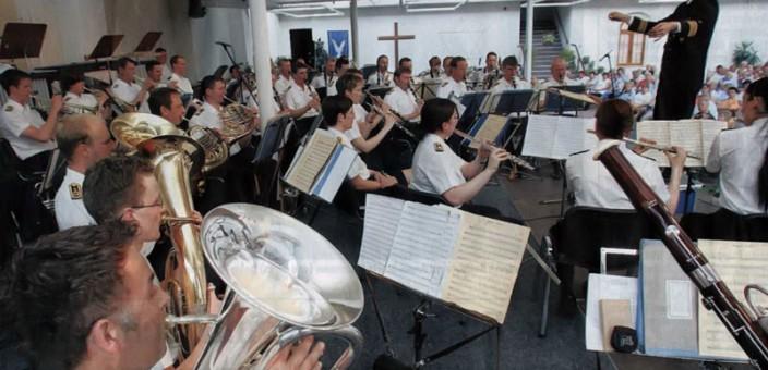 Publikum feiert das Marinemusikkorps