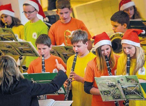 Lichtensteiner Bläser stimmen Politiker auf Weihnachtszeit ein