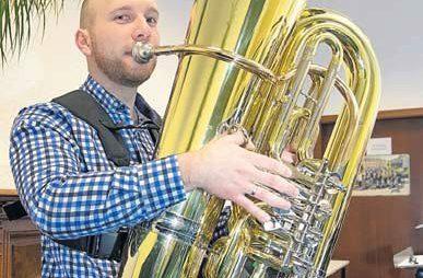 Sebastian Brechtel spielt im Musikverein Lichtenstein die Tuba